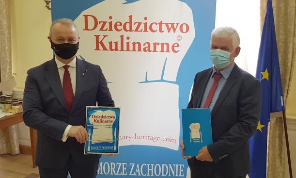 Wicemarszałek Olgierd Kustosz i właściciel Winnicy Binowo Mirosław Grabowski.
