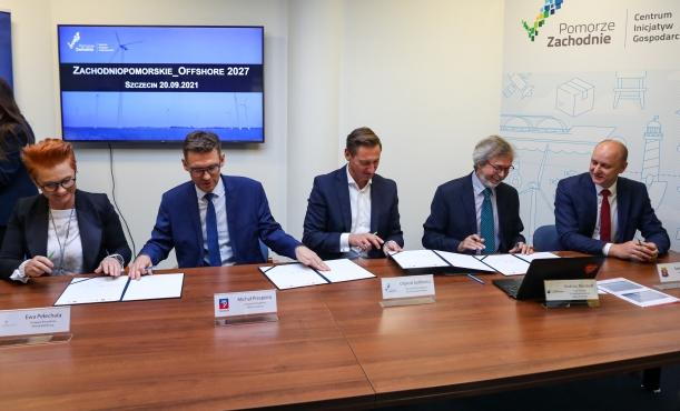 Zachodniopomorskie_Offshore 2027 - podpisanie listu intencyjnego, 20 września 2021 r. Marszałek Olgierd Geblewicz (w środku), zastępca prezydenta Szczecina Michał Przepiera (po lewej) i dr inż. Andrzej Montwiłł.